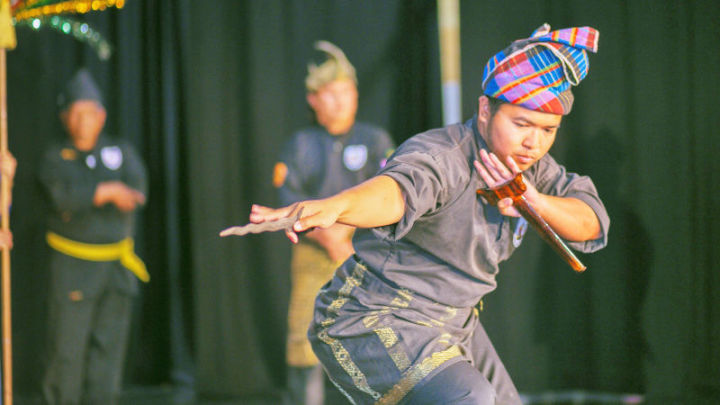 This cultural performance had the crowd spellbound.