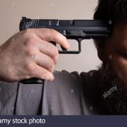 Homme-avec-sa-tete-en-bas-tenant-un-pistolet-pour-le-mettre-fin-2bbk58w_wx4eqz
