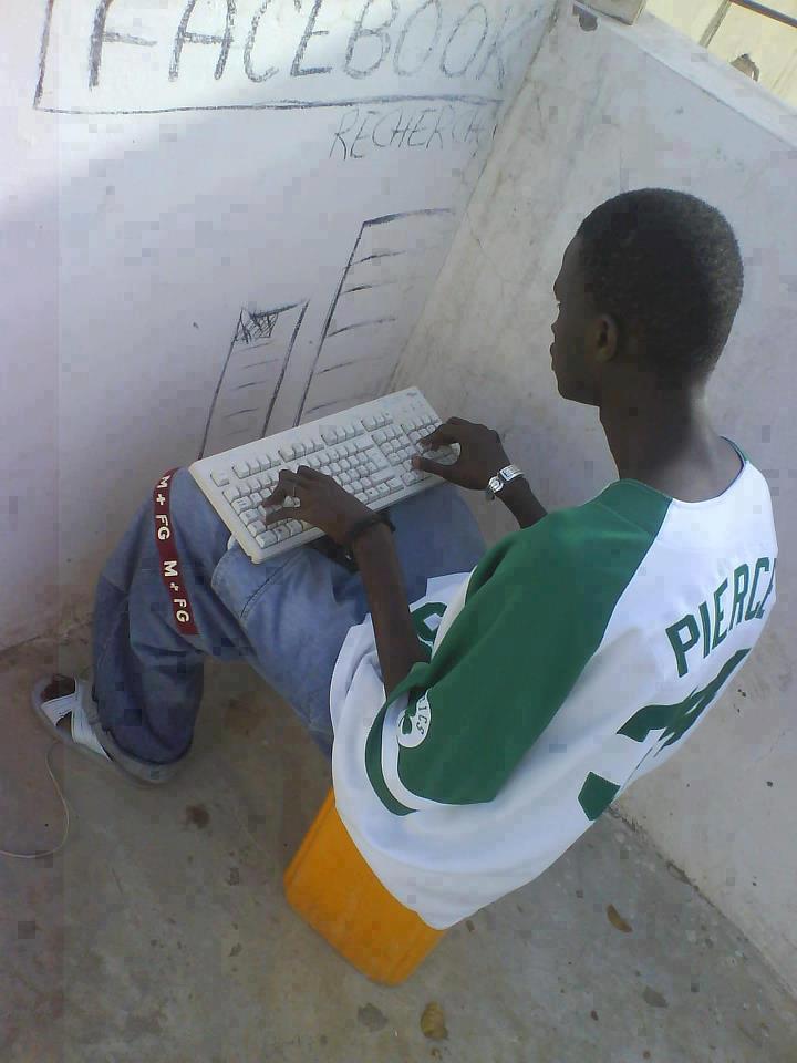 Facebookan via Tembok