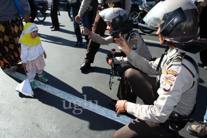 Polisi Foto Anak Kecil Demo