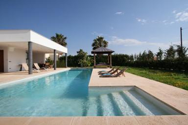 Snygg och stilren villa med L-formad, läcker, pool