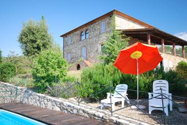 Avslappnat semesterboende omgivet av vingårdar och olivlundar