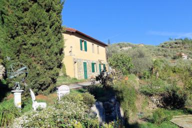Idylliskt semesterhus med stor prunkade trädgård och olivlund