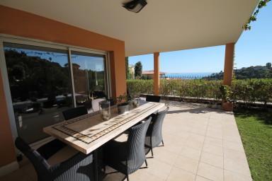 Härlig lägenhet med vidsträckt utsikt över knallgul mimosadal