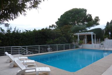 Underbar lägenhet i sobert hus med stor terrass och havsutsikt