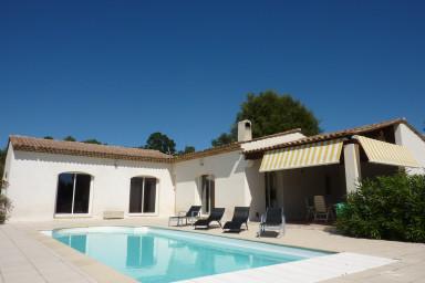 Modern villa med stor uteplats, pool och vidunderlig utsikt