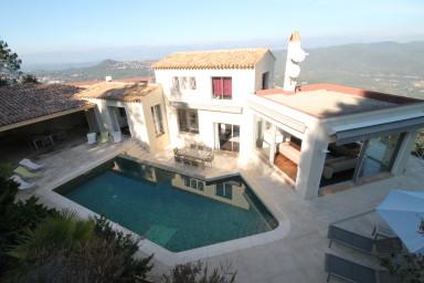 Smakfull villa med vidsträckt utsikt över hav och dal