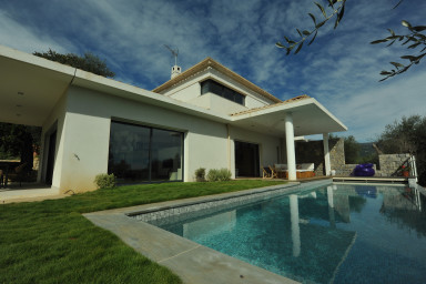 Supermodern villa med stor terrass för solbad och grillkvällar