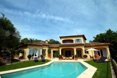 Njut av utsikten och lugnet i denna fantastiska villa med pool