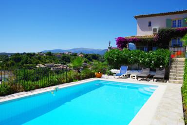 Läcker villa med vacker tomt, pool och enastående utsikt