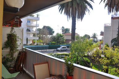 Trevlig lägenhet med terrass som bjuder på sol för lata dagar