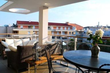 Modern lägenhet med balkong och 100 meter till stranden
