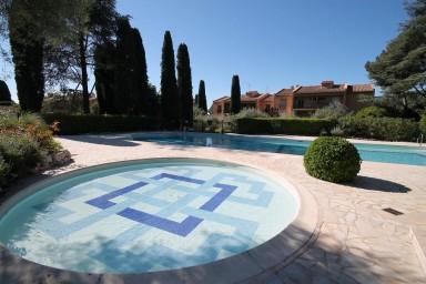 Smakfull semestervilla med trädgård och generös pool