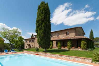 Stor rustik villa med vacker utsikt över gröna landsbygden