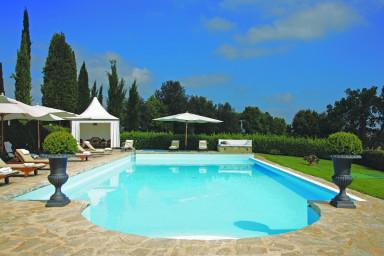 Traditionell villa med läcker pool med plats för stora sällskap