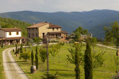 Traditionell villa med idylliskt läge på bergskullarna i Toscana