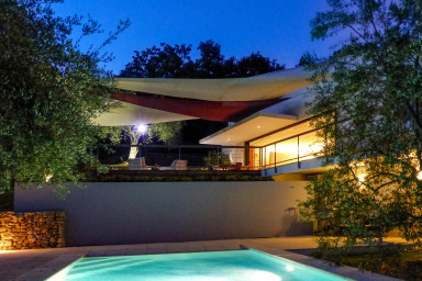 Modern fransk arkitektur i vacker omgivning