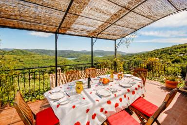 Charmfull fransk semestervilla med vacker utsikt över blomstrande omgivning