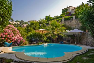 Elegant hus med pool och vacker, grönskande, trädgård