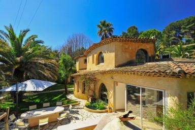 Rymlig villa med pool och terrass som inbjuder till samkväm