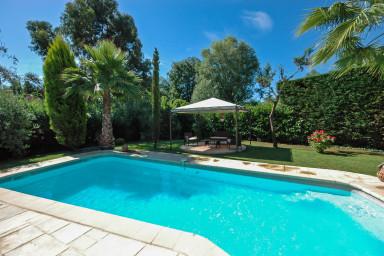 Nybyggt semesterhus med härlig trädgård och stor pool