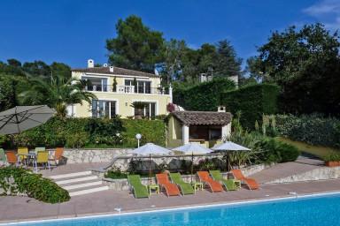 Drömhus med härlig terrass och stort poolområde