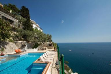 Luxuös villa med pool och spektakulär panoramautsikt över havet