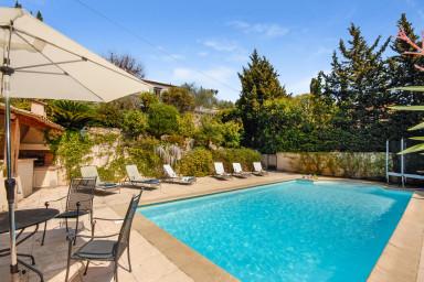 Stor ljus villa med med pool med plats för hela familjen