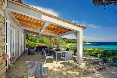 Underbar villa med havsutsikt precis bredvid stranden