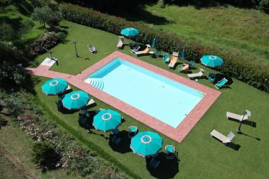 Vacker bondgård med idylliskt läge och härlig pool