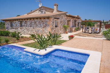 Nyrenoverad villa med pool och jacuzzi för lata dagar