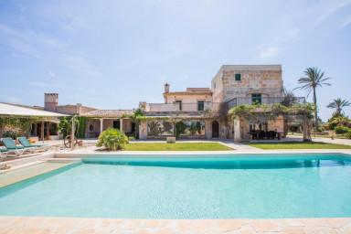 Fantastiskt hus med vacker tomt och stor pool