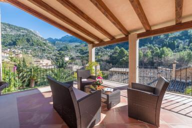 En fantastik villa med pool och härlig prunkade trädgård med utsikt över byn Fornalutx
