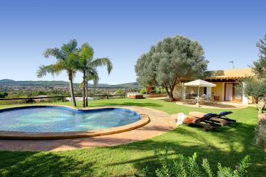 Stilfull villa med hänförande utsikt, stor terrass och pool för lata dagar