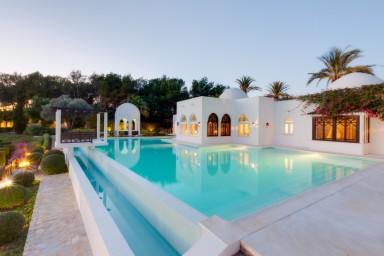 Palatsliknade villa med sagolik trädgård och infinitypool