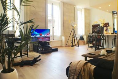 La pièce à vivre est très très Lumineuse grâce à d'immenses fenêtres et un...