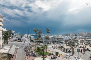Cannes face au palais des festivals
