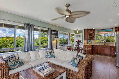 Come relax in this Hawaiian style 2 bedroom Ohana with AC & free parking