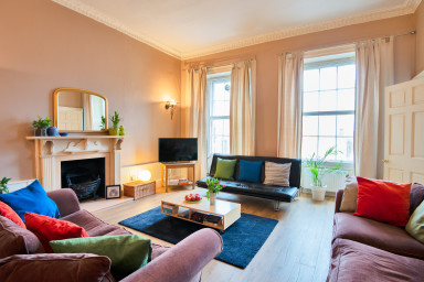 Big Spacious Flat near Princes Street, Sleeps 5