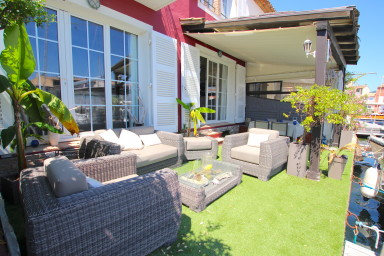 Renovated double house with two 14m moorings close to the beach
