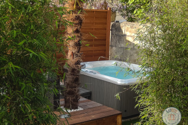 City House in Bordeaux with a garden and a jacuzzi