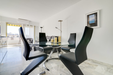 Beautiful renovated flat with balcony behind the Carlton
