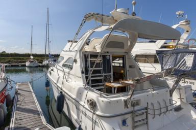 Bateau atypique dans la marina de Deauville