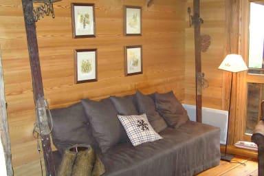canapé, parquet de meleze, skis de décoration