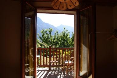 La vue, depuis la chambre et le balcon.
