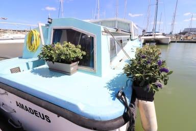 Beau bateau Quai des Caps à Bordeaux