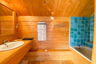 Chambre principale au 1er étage avec salle de bains et terrasse