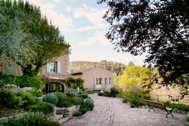 Villa Le Hameau / Provençal hamlet located in the heart of a wine domain