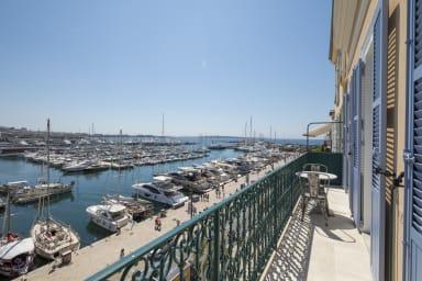 Face Vieux Port de Cannes : Magnifique 3 pièces vue mer imprenable by OIam