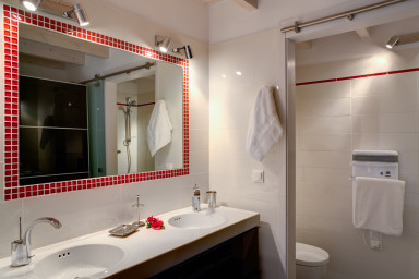 Tastefully designed and finely equipped bathroom 3